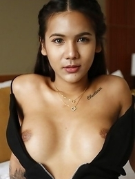 20yo Thai newhalf Mickey sucks off white tourists cock