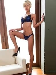 Miran undresses and reveals her fantastic body.